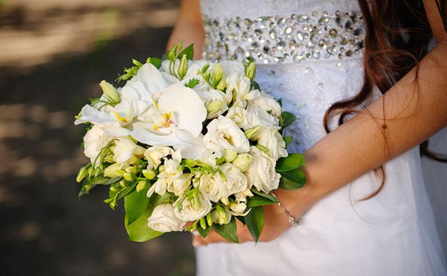 כלה אוחזת בזר החתונה בשרון